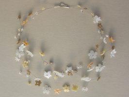 weiße u. Cremefarbene Blüten | 3 Str. Glas, Stahlseil, Silber | 190798-14