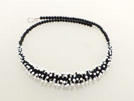 Pünktelwurm vorne schwarz-weiß | 1-reihig, Glas, Stahlseil, Silber | 070882b-16