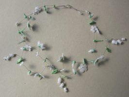 versch. Weiße Blüten u. türkise Blättchen | 2 Str+A. Glas, Stahlseil, Silber | 160591-14