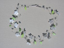 transp. u. Weiße Blüten zickzack | 2 Str. Glas, Stahlseil, Silber | 110795-14