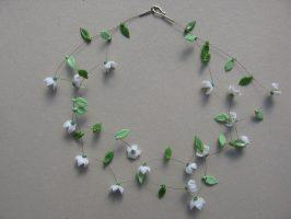 halbgeschlossene weiße Sternblüten | 2 Str. Glas, Stahlseil, Silber | 120319-14