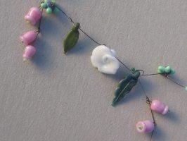 weiße Rosen u. Rosa Glöckchen | 1 Str+A. Glas, Stahlseil, Silber | 110750-14