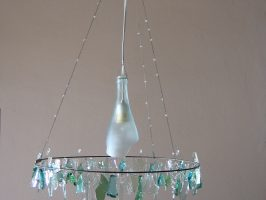 Kronleuchter Nr. 1 | Flaschenglas, Stahlseil, Zaundraht