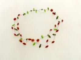rot-orange Blüten mit schwarzem Rand | 2 Str., Glas, Stahlseil, Silber | 120944