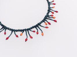 dunkeltürkis mit rot-orangen Beeren | Glas, Stahlseil, Silber | 120952-18